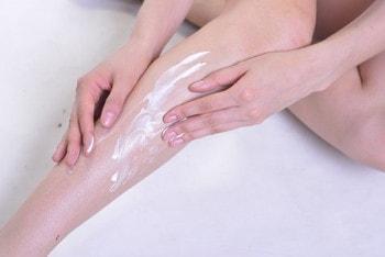 除毛クリームを足に塗る女性